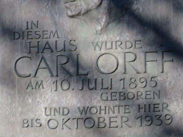 Gedenktafel am Geburtshaus von Carl Orff